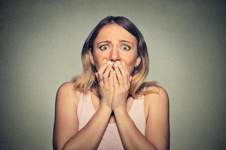 無意識の不安に苛まれる女性のイメージ