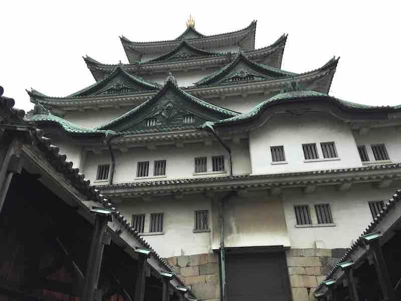 そびえ立つ様子の名古屋城