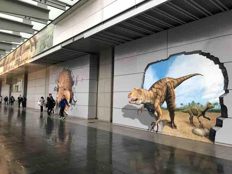 福井駅前の壁画 トリックアートで飛び出てくるように見えます。