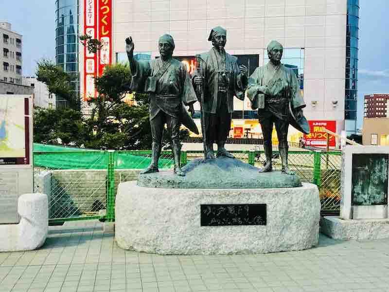 茨城の水戸駅前の水戸黄門さま御一行の像