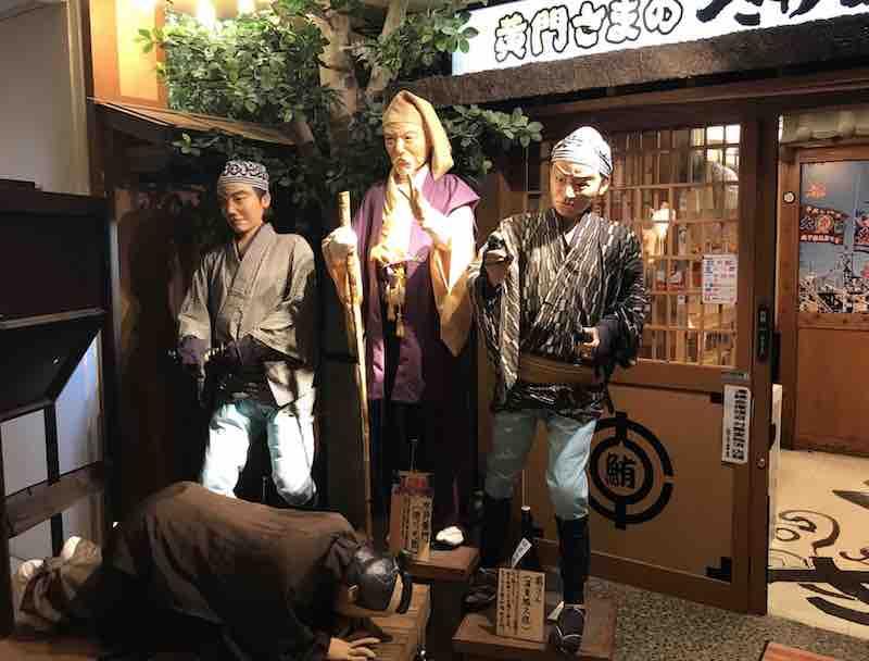 茨城のお店の前の水戸黄門さま御一行の像
