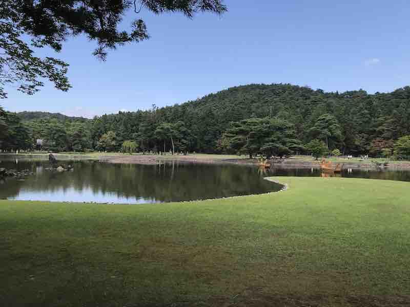 岩手 毛越寺の敷地内の池と緑