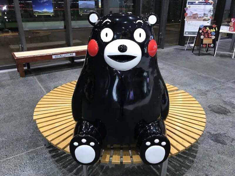熊本駅のくまモンのモニュメント