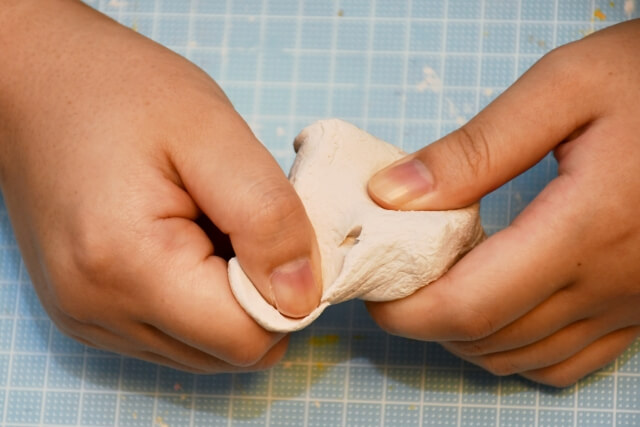 粘土をこねる