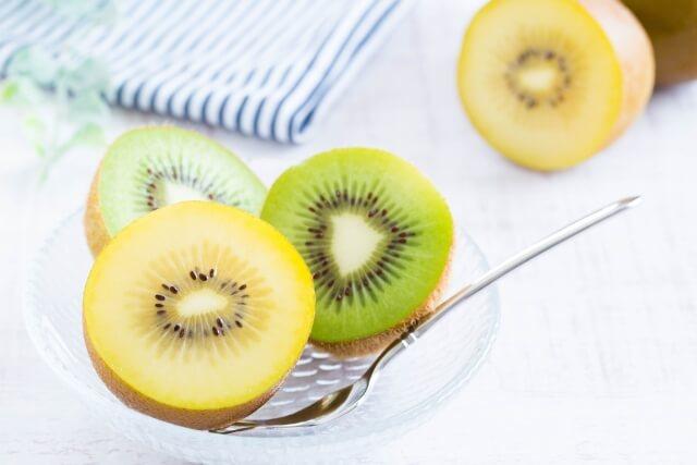 2種類のキウイフルーツ ゴールドキウイ、一般的な緑のキウイ