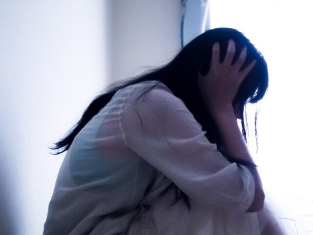 人間関係に悩む女性のイメージ