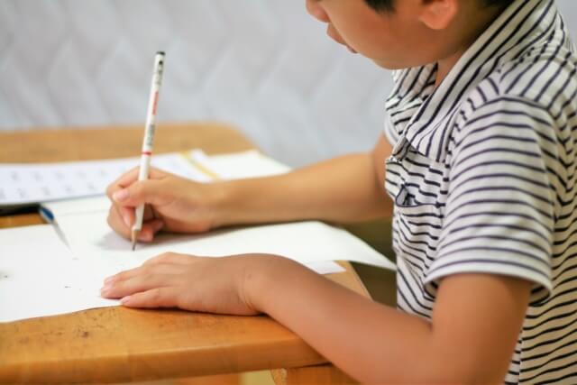 読み書きの勉強をする少年