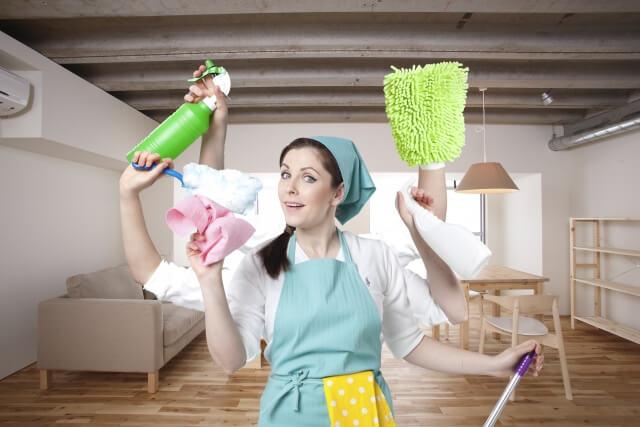 一度に何箇所も掃除をする女性
