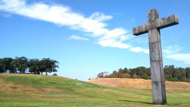 草原に立つ十字架のモニュメント