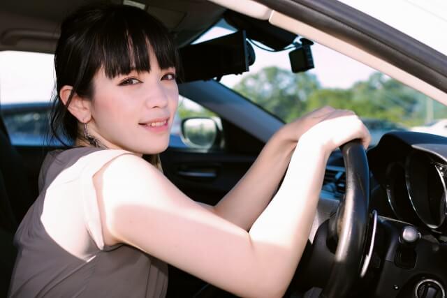 カメラ目線の女性ドライバー