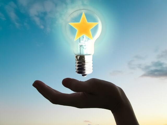 手のひらの発明電球のイメージ