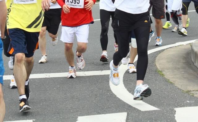 マラソンで走る集団