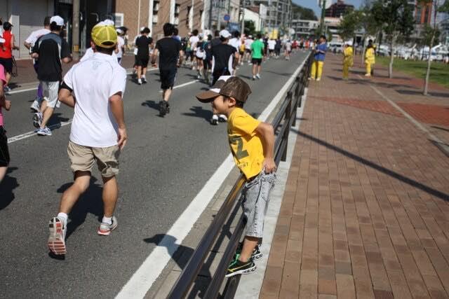 マラソンランナーと応援する子ども
