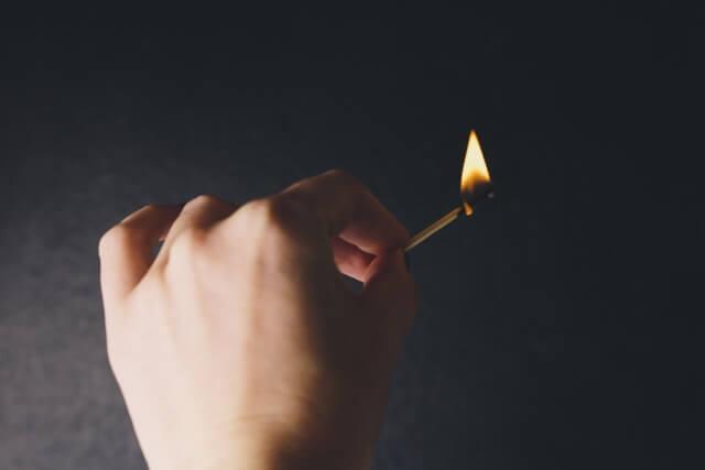 火をつけたマッチの炎
