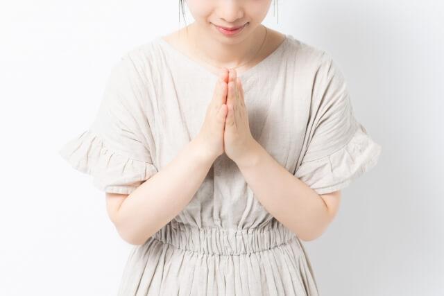 神に祈りを捧げる女性