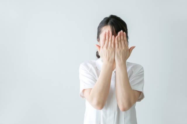 目を塞いでプライパシーを守る女性のイメージ