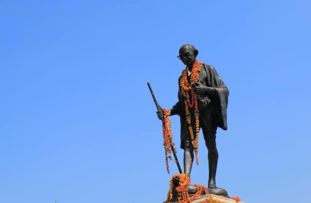 インド ガンジーの銅像