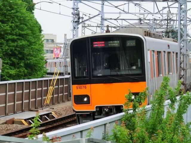 東武線を走るオレンジ色の電車
