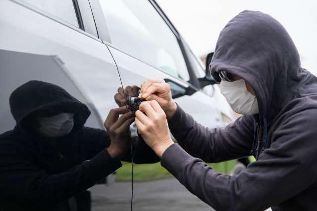 マスクをした自動車窃盗犯のイメージ