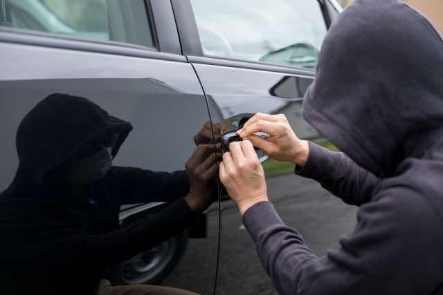 車を窃盗しようとする犯人
