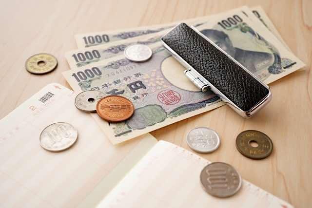 お金と通帳、貯蓄のイメージ