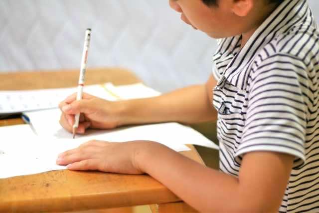 学習塾で勉強をする子供