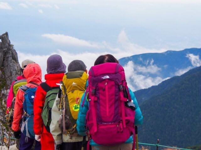 山に向かって進む登山客