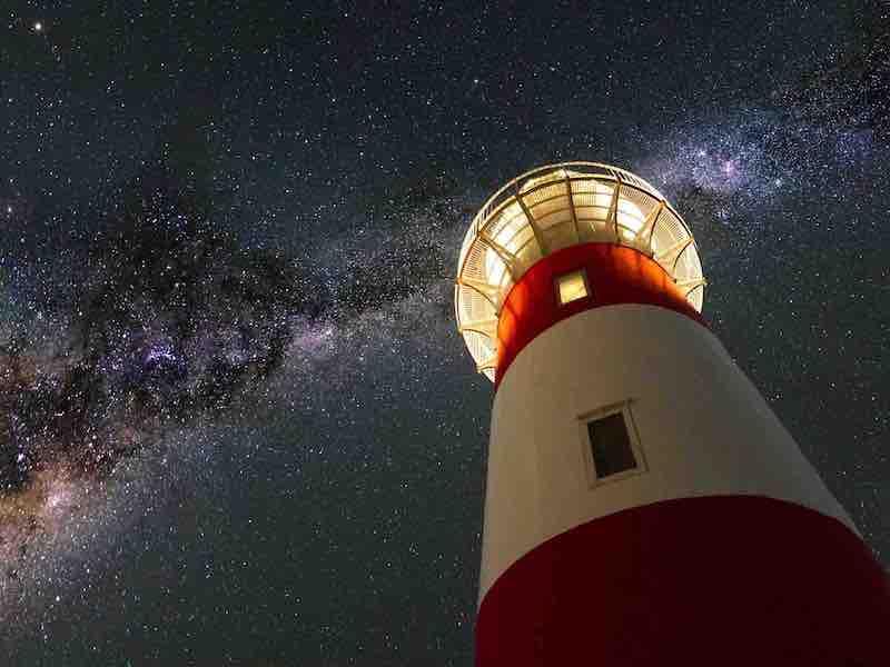 暗闇の中を照らす灯台