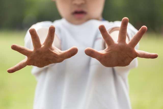 子どもの汚れた手