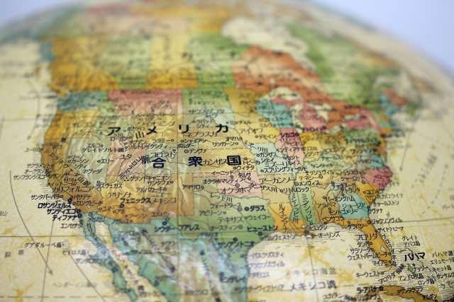 アメリカ大陸を指し示す地球儀