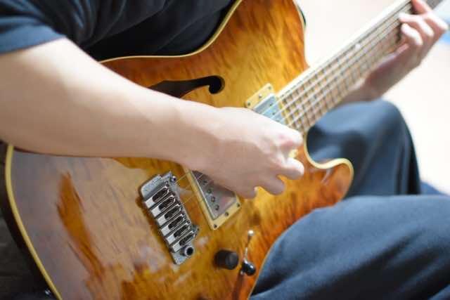 ギター演奏の練習をするイメージ