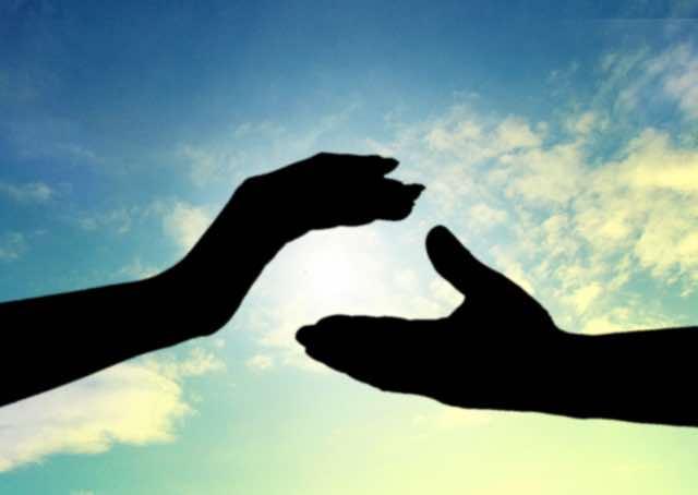 手を繋ごうとする手