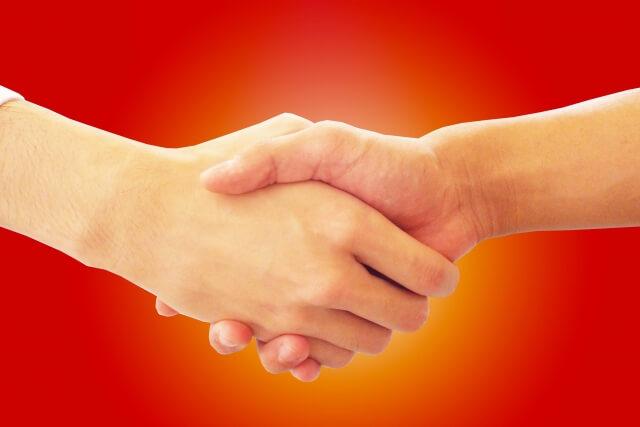 握手をして和解する平和のイメージ