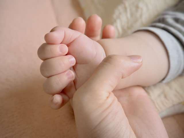 赤ちゃんとつなぐ手