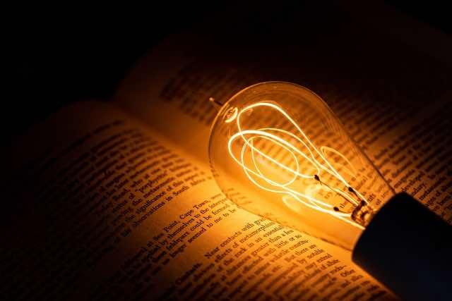 書籍と電球