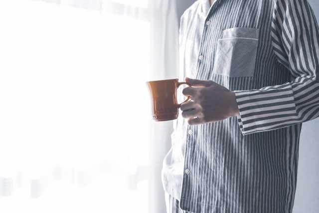 朝のコーヒーと男性
