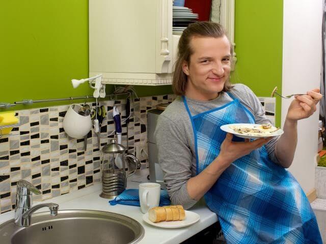おいしそうに料理を食べる男性