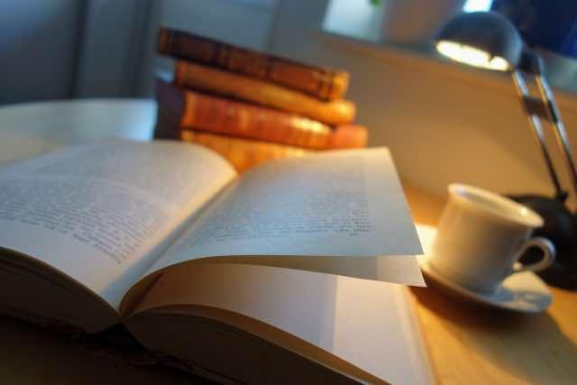 夜の読書とコーヒー