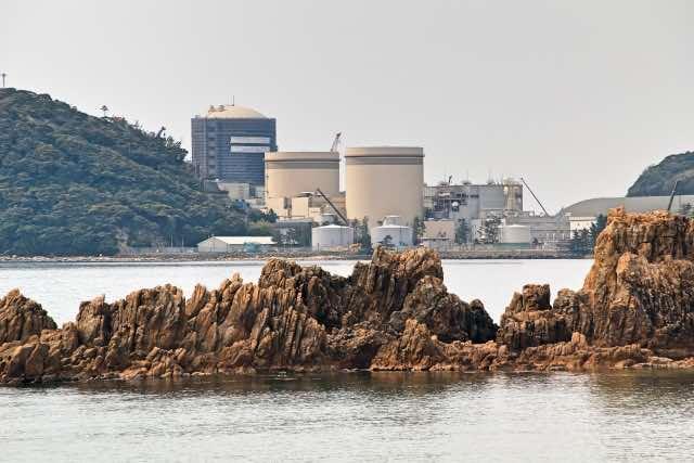 原子力発電所と岩