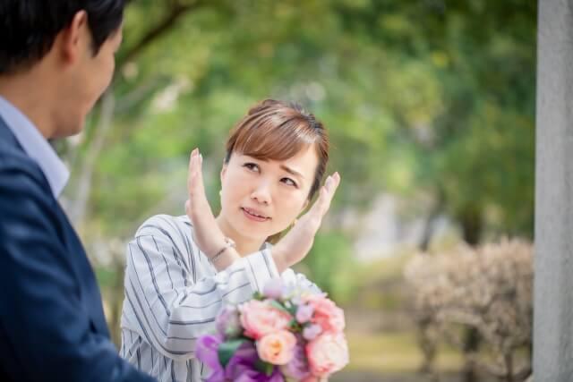 手をバツにしてごめんなさい 結婚の断りをする女性