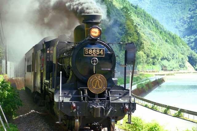 山間部を走る蒸気機関車