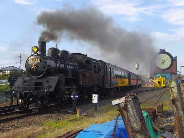 黒煙をあげる蒸気機関車