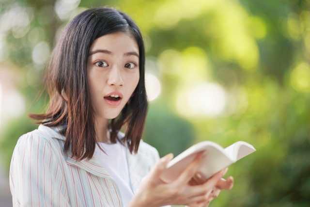 読書と驚きの表情