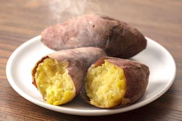 蒸して湯気がでているサツマイモ