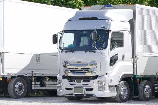 白い大型トラック