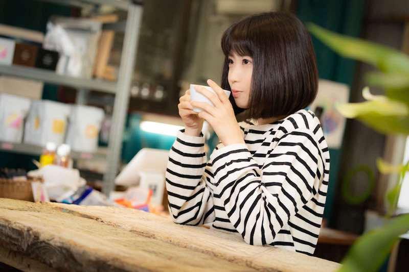 コーヒーをふーふーする女性