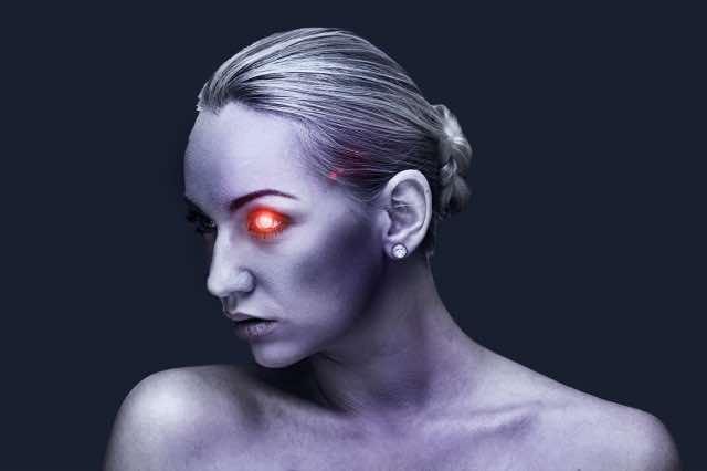 左目が赤く光る女性
