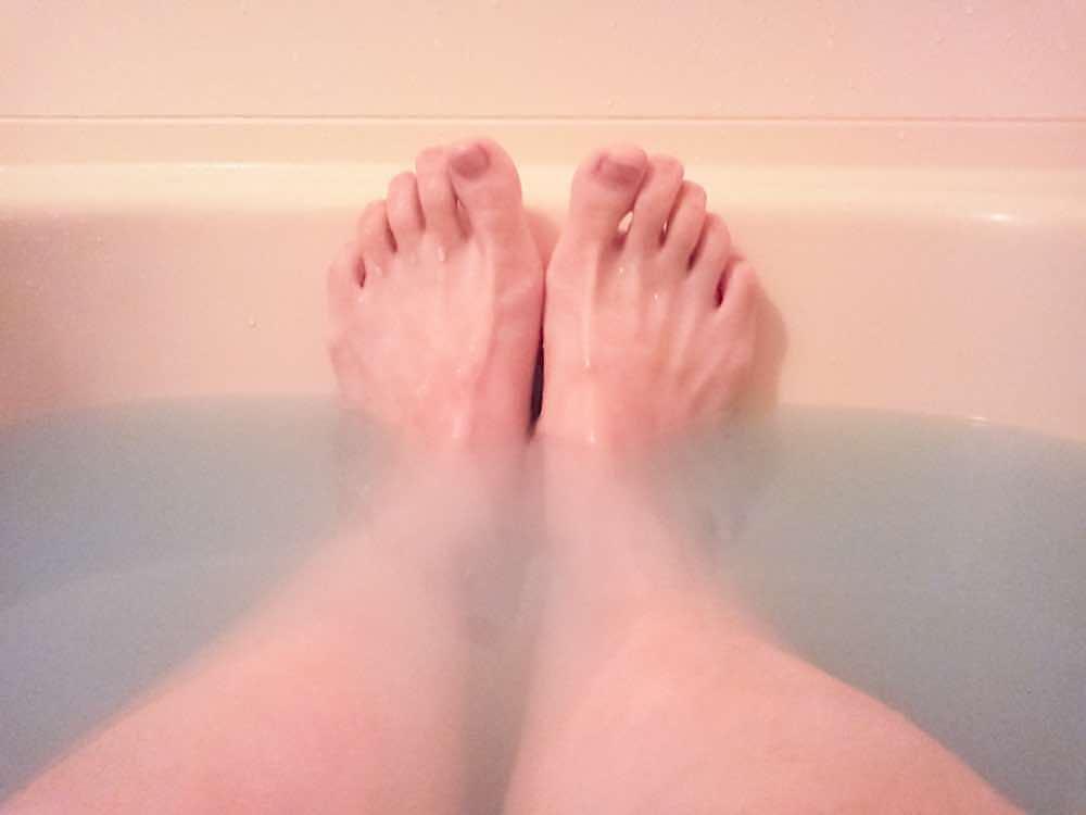 湯船にのばした足