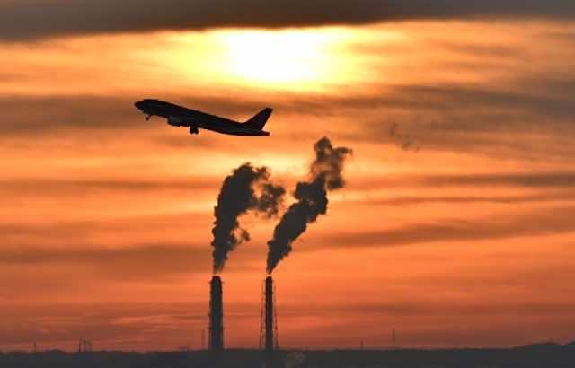 煙突と飛行機と夕焼け