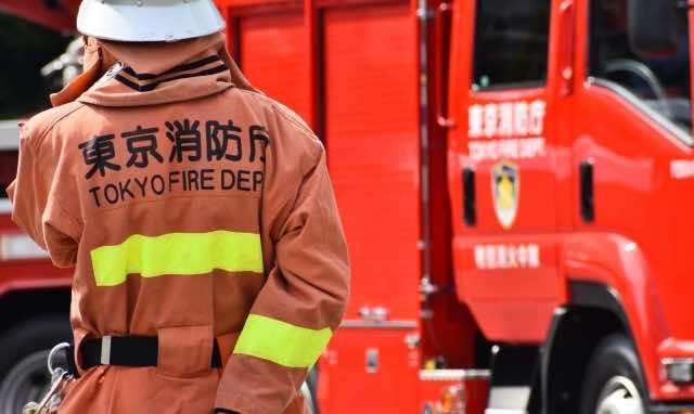 消防庁の隊員と消防車